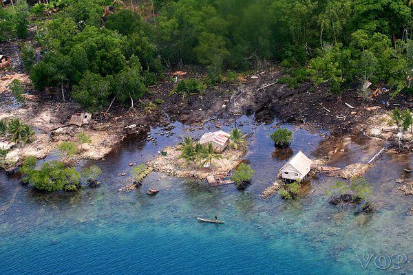 Tsunami,_Solomon_Islands_2007._Photo-_AusAID_(10731015253)